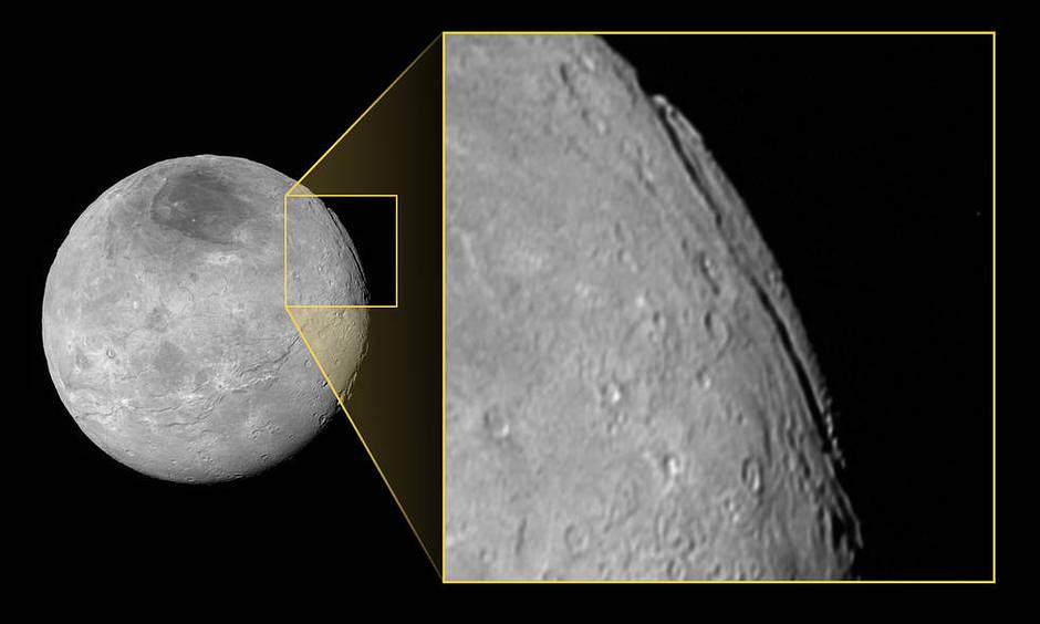 Imagen tomada por la cámara LORRI de New Horizons con una resolución de 2.33 kilómetros por píxel, a una distancia de 466.000 kilómetros de Caronte.