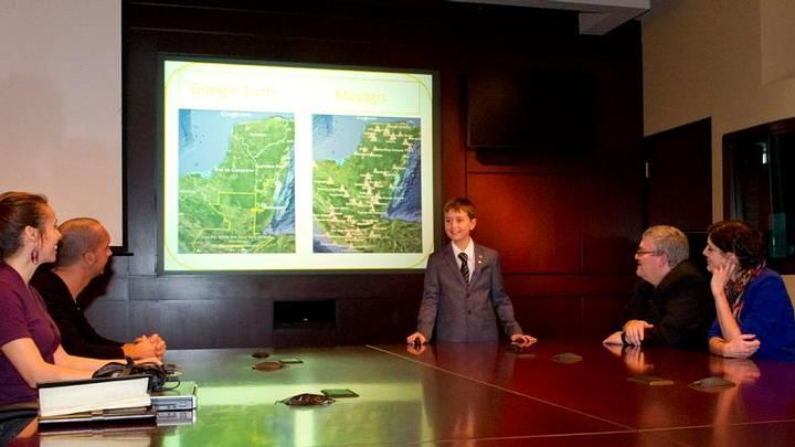 William Gadoury explica su teoría de la existencia de una ciudad maya desconocida. Imagen: Agencia Espacial Canadiense.
