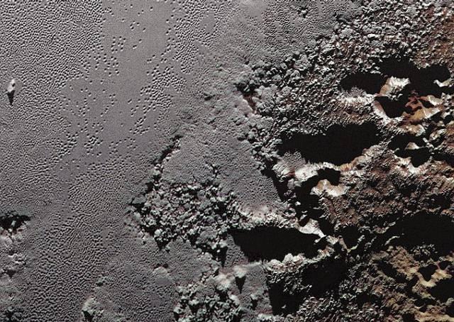 Esta espectacular imagen tomada por New Horizons muestra las escarpadas tierras altas conocidas como Krun Macula (a la derecha), que limita con las planicies de hielo de Plutón. La evidencia de tectónica de placas sugiere que todavía hay un océano líquido bajo la superficie del planeta.