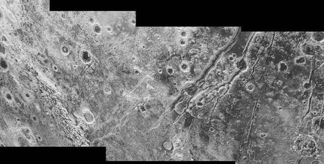 Plutón tiene fallas tectónicas gigantes con características sinuosas de cientos de kilómetros de longitud y de una profundidad de hasta 4 kilómetros.