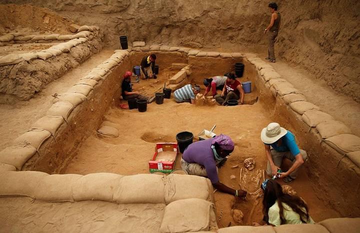 Los arqueólogos remueven capas de tierra para revelar esqueletos enteros de filisteos, tal y como fueron sepultados hace tres milenios.