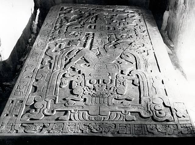 La lápida del sarcófago de Pakal representa una síntesis simbólica de la visión cósmica y existencial de los mayas. Sin embargo, para los estudiosos de la hipótesis del antiguo astronauta, sería la representación de un módulo espacial tripulado.