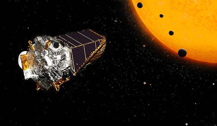 Los planetas rocosos descubiertos están más cerca de su estrella que Mercurio de nuestro sol, pero debido a que la estrella es más pequeña y fría, la zona de habitabilidad se halla más próxima a ésta.