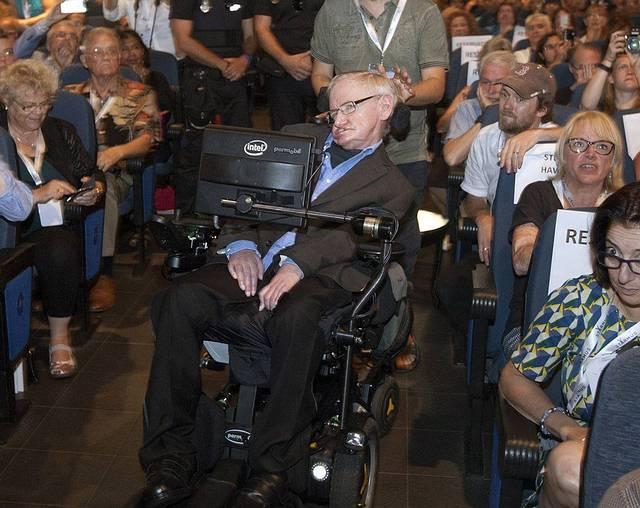 «Estoy muy cerca de ti. Te voy a matar», decía una de las amenazas. Como consecuencia, Hawking fue escoltado por un grupo de policías españoles para proveerle seguridad durante su disertación en la conferencia.