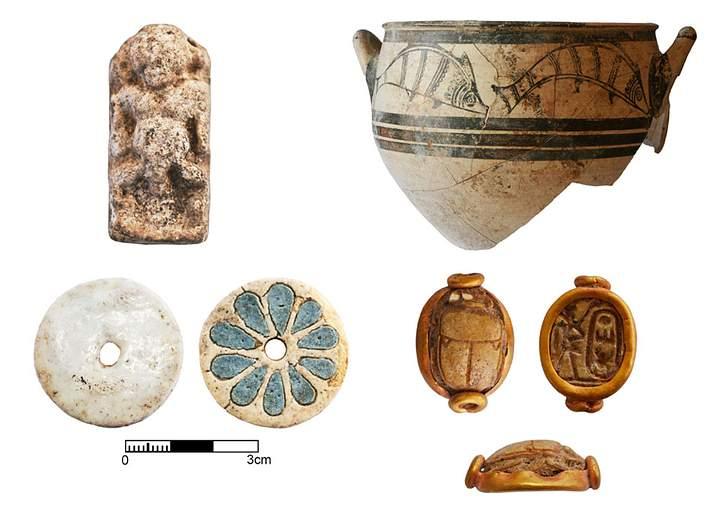 Arriba-izquierda: Amuleto que representa a la deidad egipcia Bes. Arriba-derecha: Crátera micénica con motivos animales (peces), aproximadamente del 1300 a.C. Abajo-izquierda: Botón de fayenza procedente de Egipto y fechado alrededor del año 1200 a.C. Abajo-derecha: Escarabeo egipcio que alude al faraón Tutmosis III.