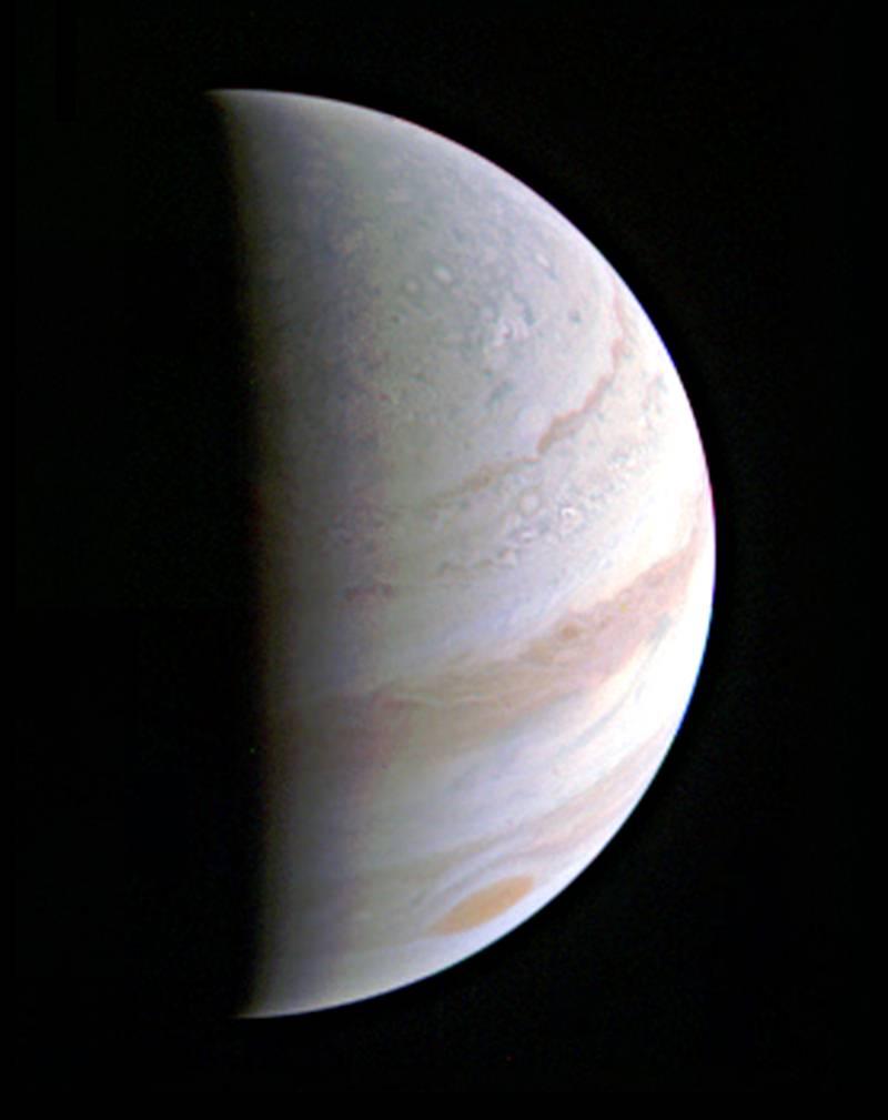 Esta vista parcial del polo norte de Júpiter fue tomada este 27 de agosto, cuando Juno se encontraba a 703.000 km de distancia.