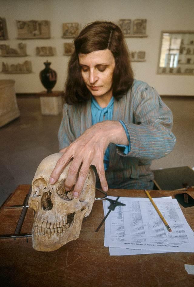 La antropóloga física Sara C. Bisel mide el cráneo de 2.500 años de antigüedad del atleta, en el Museo Nacional de Tarento, Italia (donde actualmente se expone el esqueleto entero).