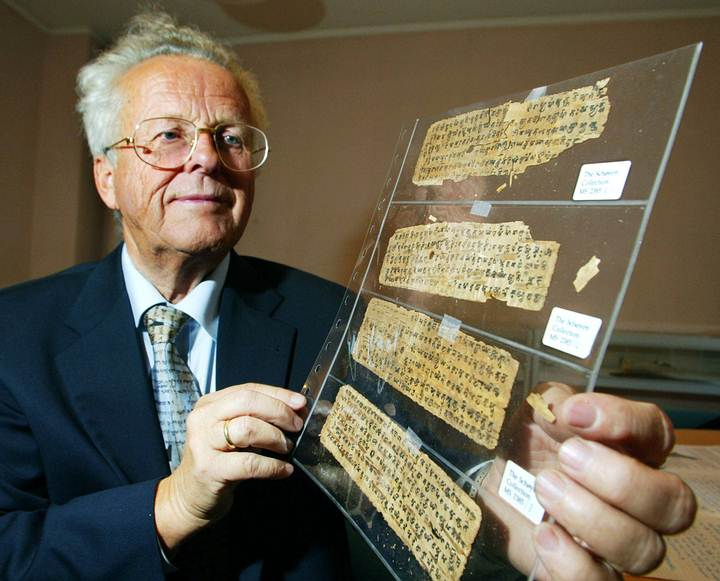 Martin Schøyen sosteniendo fragmentos de manuscritos budistas hallados en Afganistán ('BHAISAJYAGUR SUTRA' y 'VAJRACCHEDIKA SUTRA; DIAMOND SUTRA').