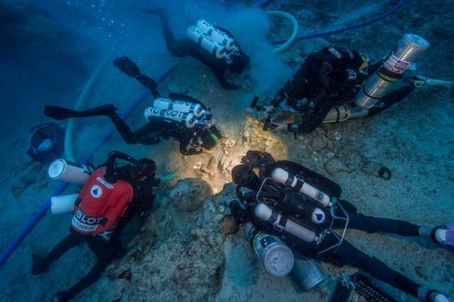 El esqueleto encontrado en el naufragio incluye una parte del cráneo con tres dientes, dos huesos del brazo, diversas costillas y dos fémures.