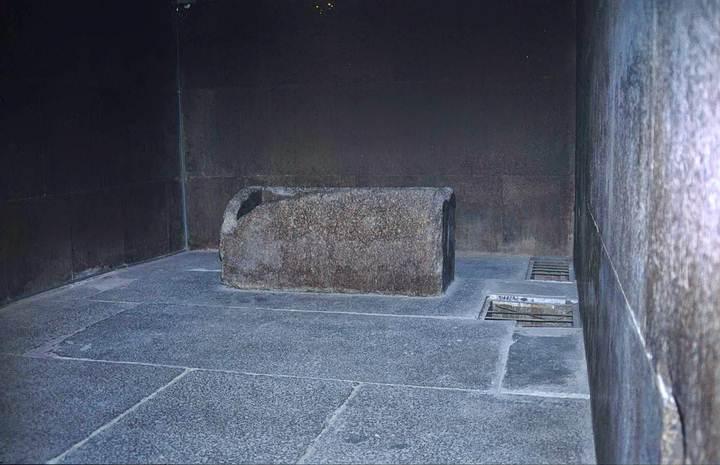 La llamada Cámara del rey está conformada por losas de granito y es de planta rectangular, paredes y techo lisos, sin decoración, y únicamente contiene un sarcófago vacío de granito, sin inscripciones, depositado allí durante la construcción de la pirámide, puesto que es más ancho que los pasadizos.