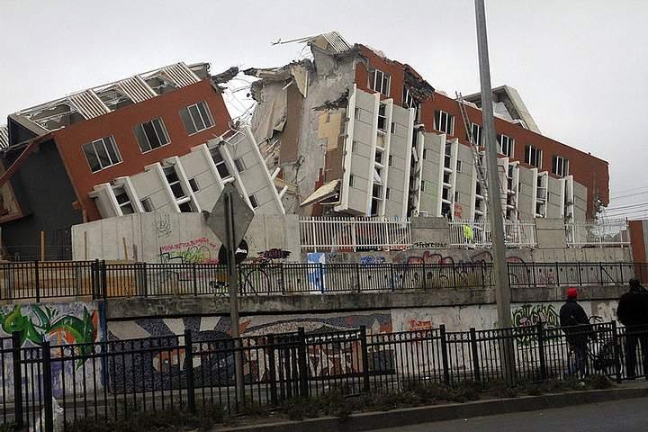 El edificio Alto Río, de 15 pisos, colapsó a menos de un año de su inauguración, siendo una de las imágenes más emblemáticas del terremoto de Chile de 2010.