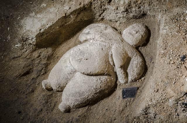 La estatuilla fue descubierta acostada en la tierra y probablemente fue colocada así con una finalidad ritual.