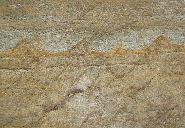 Las capas disparejas en esta roca son señales inequívocas de la vida primigenia en la Tierra.