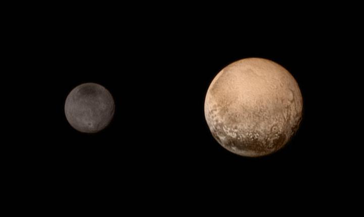 Plutón y su luna más grande, Caronte, están clasificados como un sistema binario debido a que el punto central de sus órbitas se encuentra más allá de la superficie de Plutón.