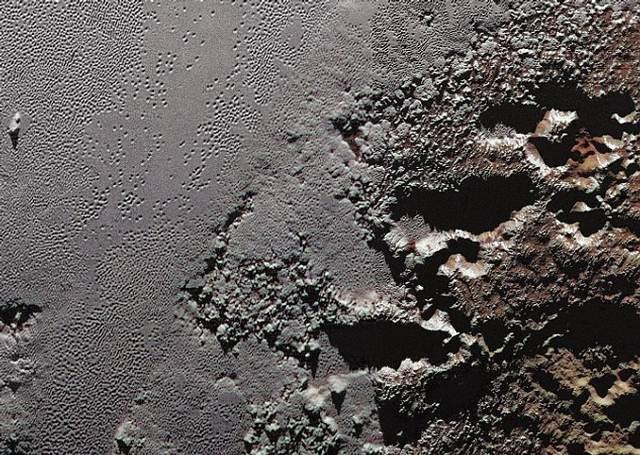 Frontera entre el área montañosa Krun Macula y las planicies heladas Sputnik, Plutón.