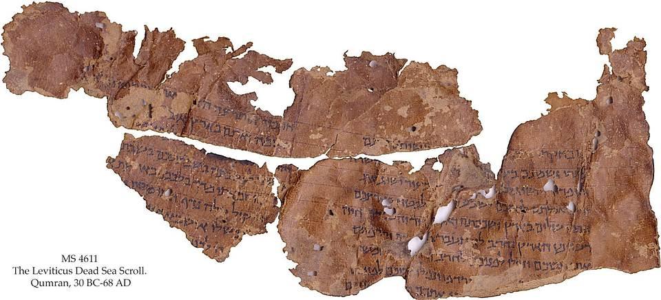 Este fragmento de rollo preserva partes del Levítico, donde Dios promete recompensar a la gente de Israel si observan el Shabat y obedecen los 10 mandamientos.