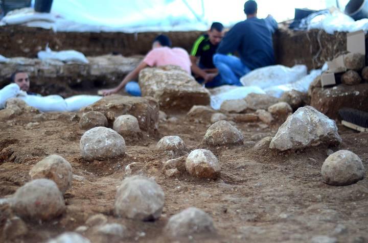 Proyectiles esféricos hallados durante las excavaciones en el Complejo Ruso de Jerusalén, uno de los barrios más antiguos del centro de la ciudad, donde se proyecta construir el nuevo campus de la Academia Bezalel de Artes y Diseño.