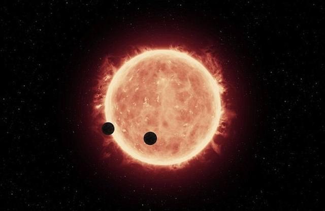 Debido a que las enanas rojas son más pequeñas y menos luminosas que nuestro Sol, la zona donde los planetas pueden tener agua líquida y albergar vida es mucho más cercana a su estrella madre.