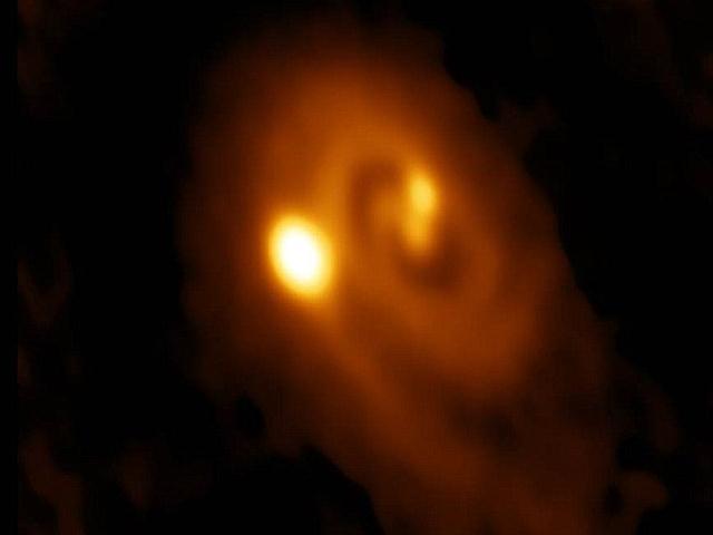 Imagen del sistema estelar triple L1448 IRS3B en la constelación de Perseo. El punto más brillante es la última estrella formada de un triplete.