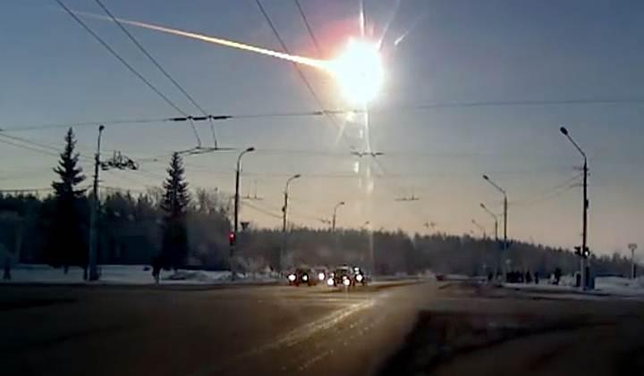 El bólido de Cheliábinsk filmado por la 'dashcam' de un automóvil.
