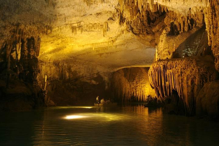 Imagen ilustrativa. Cueva inundada en Líbano.