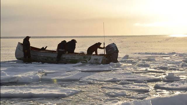 Cazadores en un área en aguas abiertas rodeada por hielo en donde solían abundar mamíferos marinos.