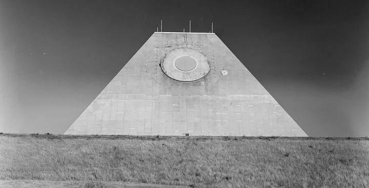 Varios seguidores de las teorías de conspiración consideran el lugar una base illuminati, una posible arma del fin del mundo, cuyo diseño se inspiró en las pirámides mayas.