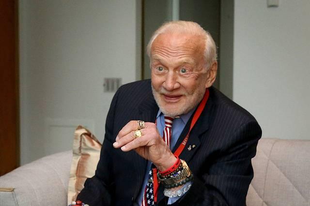 Aldrin fue uno de los tripulantes del Apolo 11, la primera misión que logró llevar a seres humanos a la Luna. En los últimos años, se ha transformado en uno de los máximos promotores de la colonización del planeta Marte.