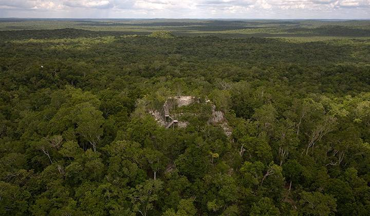 Un templo maya se sitúa en la ciudad de El Mirador, en el corazón de la selva de Petén, Guatemala.
