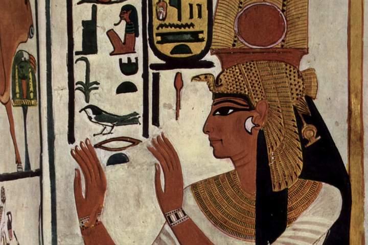 Una de las grandes incógnitas que rodean a esta reina es su lugar de nacimiento y su familia. Su esposo, el futuro faraón Ramsés II, se cuidó mucho de ocultarlos, aunque está claro que la veneración que tuvo en vida, así como algunos de sus títulos, demuestran un origen noble.