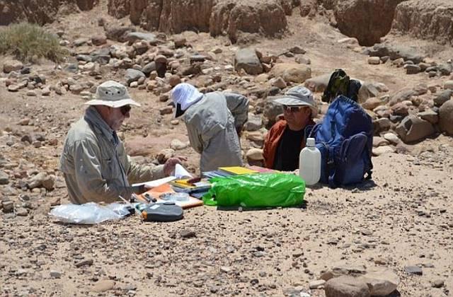 Investigadores examinan el lecho seco del río en busca de contaminantes.