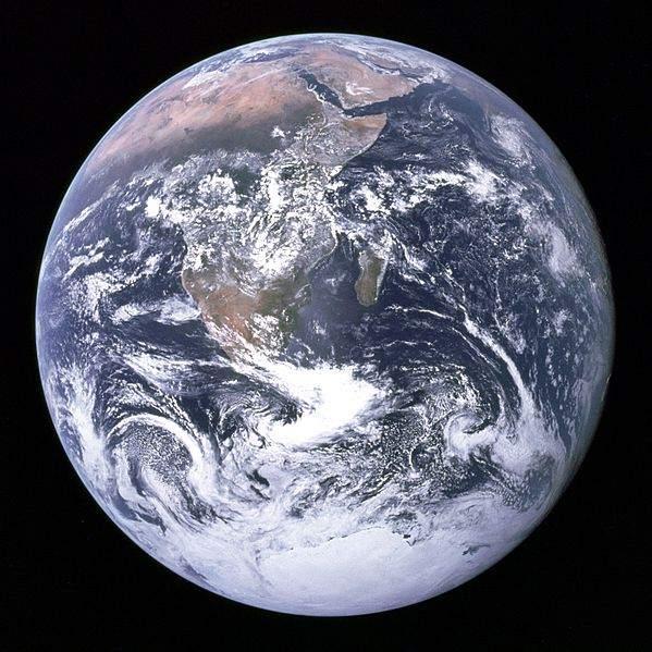 El equipo del Apolo 17 tomó una de las fotografías más emblemáticas de la historia del programa espacial, la vista completa de la Tierra llamada «La Canica Azul».