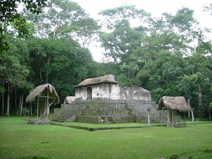 Templo en el sitio arqueológico de Ceibal, Guatemala.