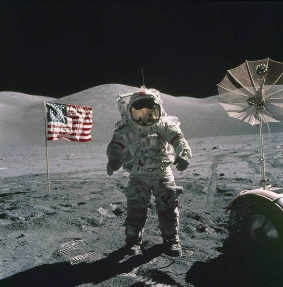 Cernan caminando en la luna cerca del módulo, Apolo 17, diciembre de 1972.