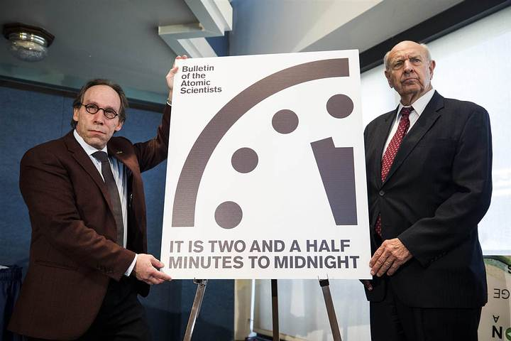 Este mítico reloj fue creado en 1947 por un grupo de físicos estadounidenses involucrados en el Proyecto Manhattan. Entonces su manecilla minutera estaba a 7 minutos de la medianoche, hora que supuestamente marcaba una catástrofe nuclear mundial.