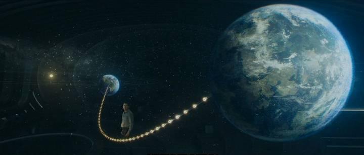 Escena de la película en donde Chris Pratt se encuentra en el cuarto de observación de la nave espacial ante un holograma de Homestead II, un planeta a 60 años luz que está siendo colonizado por la humanidad.