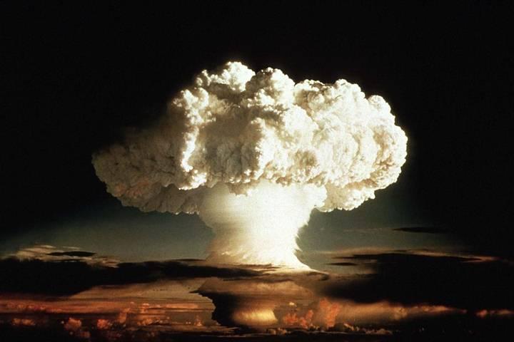 El reloj se ha convertido en un indicador universalmente reconocido de la vulnerabilidad del mundo y que refleja el grado de amenaza de la proliferación nuclear y el calentamiento global. Lo más cercano que ha estado del «fin del mundo» fue cuando marcó las 11:58, dos minutos para la medianoche, en 1953, año en que EE.UU. y la URSS probaron sus artefactos termonucleares.