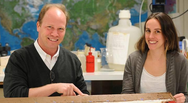 Los investigadores Peter deMenocal y Jessica Tierney, autores del estudio publicado.