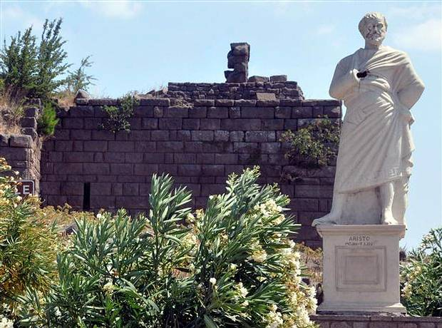 Estatua de Aristóteles , Aso, en 2015, aún mostrando los daños perpetrados por los vándalos.