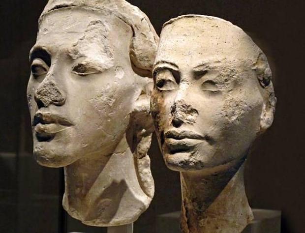 Bustos de Akenatón y Nefertiti.