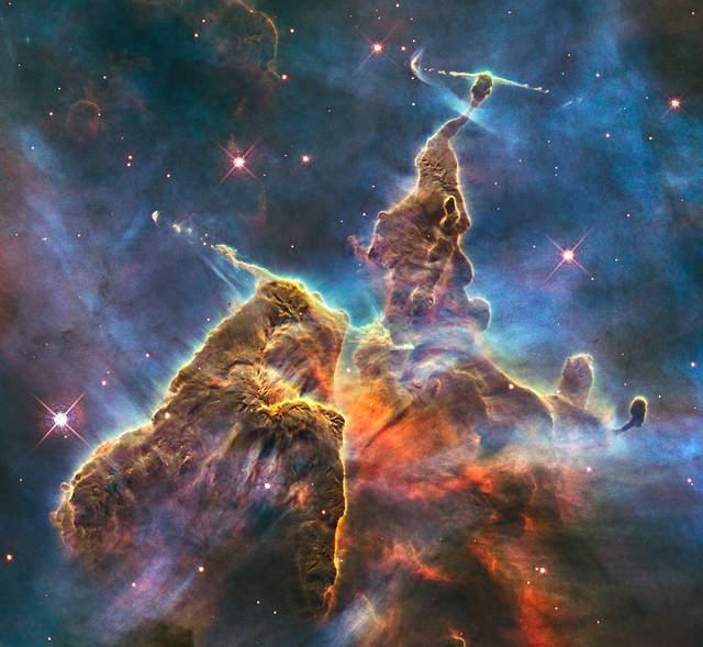 «Con cientos de miles de nebulosas, cada una conteniendo miles de millones de soles, hay enormes probabilidades de que haya un número inmenso de ellas que tengan planetas cuya condiciones no harían imposible la vida». Winston Churchill.