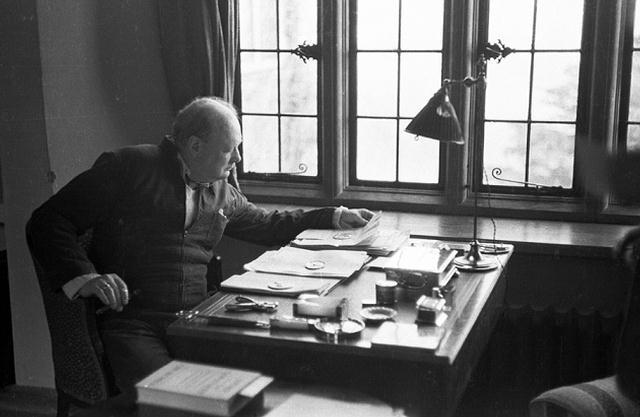 «Yo, por mi parte, no estoy tan impresionado por el éxito que atribuimos a nuestra civilización aquí como para estar dispuesto a creer que somos el único lugar de este inmenso Universo que contiene vida y criaturas pensantes». Winston Churchill.