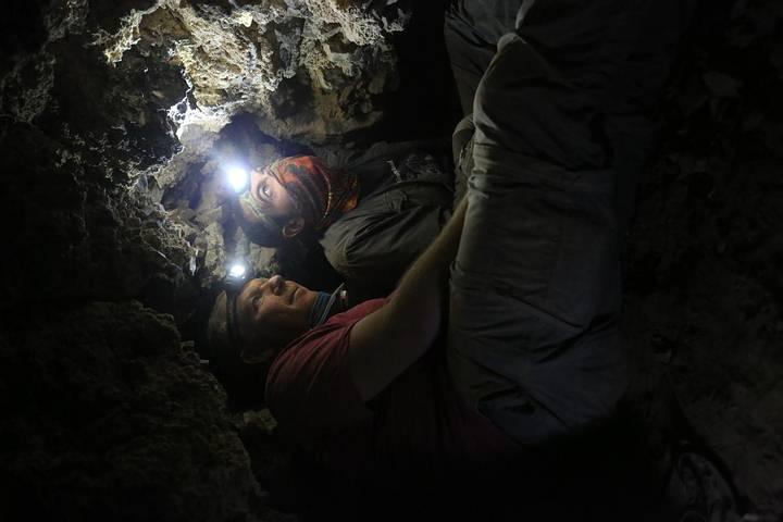 Los arqueólogos Oren Gutfeld y Ahiad Ovadia investigan la nueva cueva encontrada.