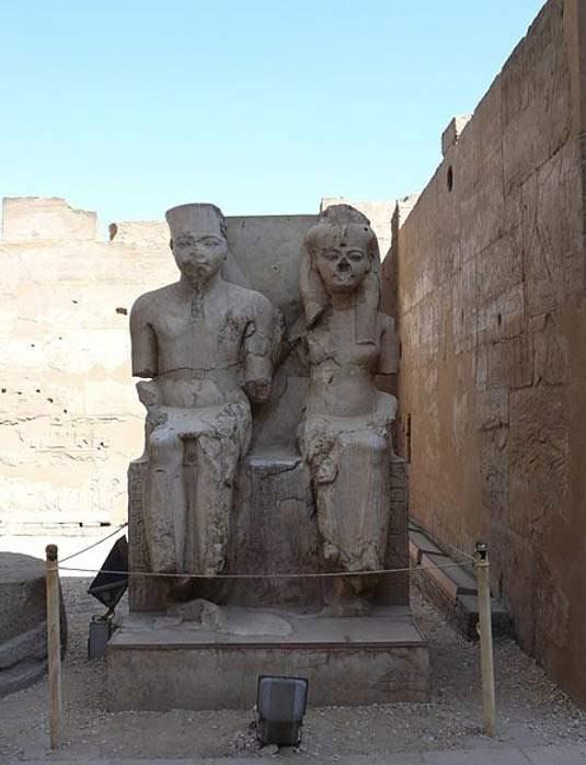 Estatua de Tutankamón junto a su Gran Esposa Real Anjesenamón, en las afueras del Templo de Lúxor, Egipto.