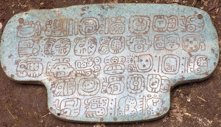 El pendiente tiene 30 jeroglíficos en su parte posterior.