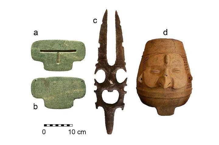 El pendiente de jade (izquierda) fue encontrado junto con otros objetos.