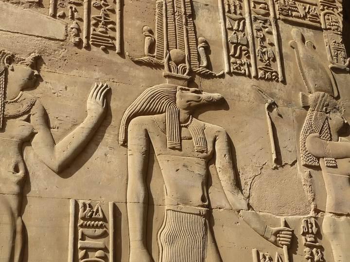 Sobek fue el dios cocodrilo, de carácter benéfico, creador del Nilo que habría surgido de su sudor; dios de la fertilidad, la vegetación y la vida en la mitología egipcia. Está relacionado con el punto cardinal Norte. Más info en nuestro Diccionario de Mitología Egipcia.