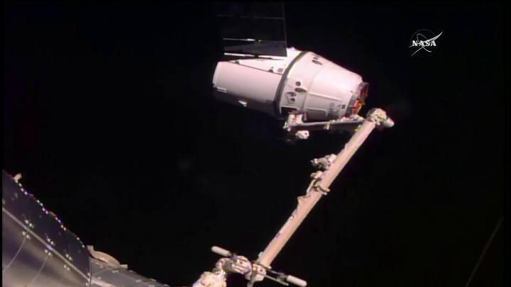 El 22 de febrero de 2017 la cápsula Dragon de SpaceX debía entregar un cargamento de 2.500 kilos de suministros en la EEI, pero a 1.200 metros de hacer contacto con la estación, para acoplarse a su estructura, se detectó una falla con su software de navegación, lo que obligó a abortar el ensamble.