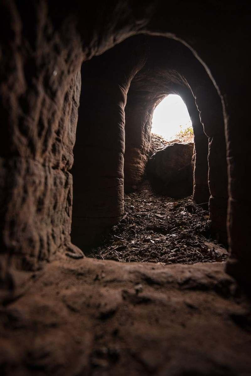 DE ADENTRO HACIA AFUERA. Vista desde el interior de las cuevas.
