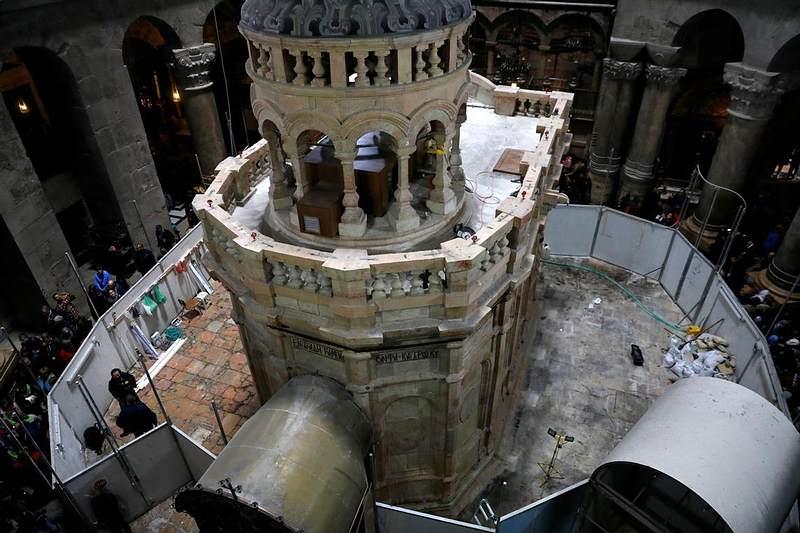 Una visión del Edículo, la estructura construida en 1810 para preservar el sitio que la tradición cristiana identifica como la tumba de Jesús, ahora restaurada. Foto: Reuters.